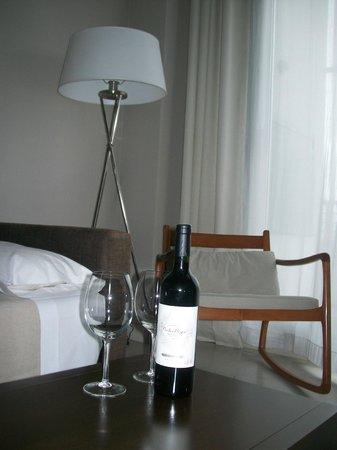 Atempo Design Hotel: Living amplio con TV y balcón