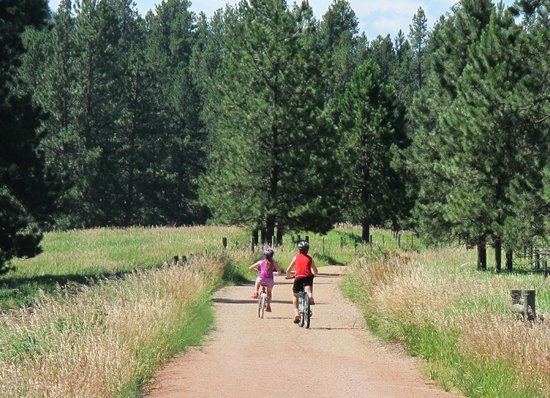 Black Hills Cabins and Motel at Quail's Crossing: Mickellson bike path that Quail's Crossing borders. Bike usage and trail passes included in stay