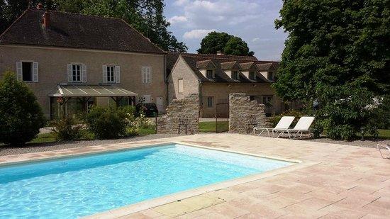 Charm'Attitude : La maison d'hôtes vue de la piscine