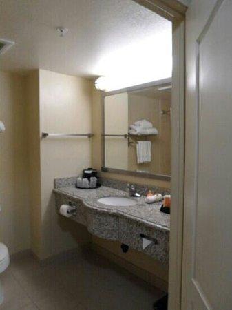 La Quinta Inn & Suites Temecula: Bathroom in room