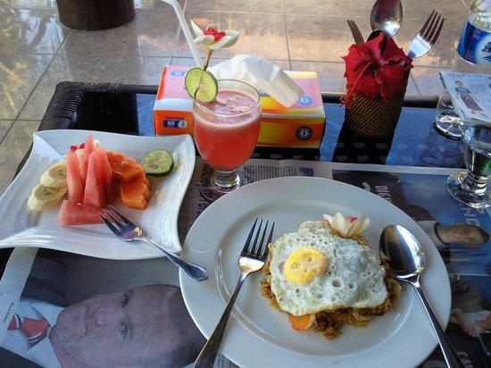 Terang Bulan Cottages: コテージのテラスで朝食(ナシゴレンと、フルーツと、ジュース)
