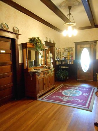 Vintage Towers Bed and Breakfast Inn: Entry hall