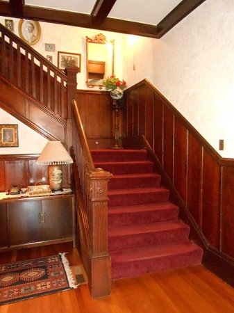 Vintage Towers Bed and Breakfast Inn: Staircase