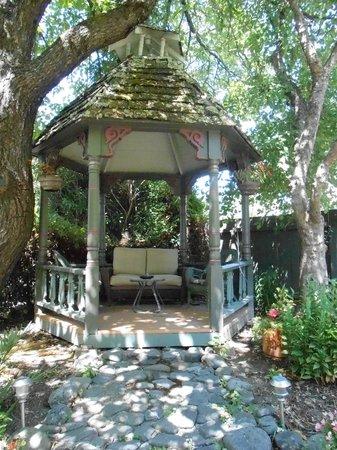 Vintage Towers Bed and Breakfast Inn: Gazebo