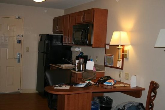 Candlewood Suites Milwaukee Airport-Oak Creek : Kitchen/desk area