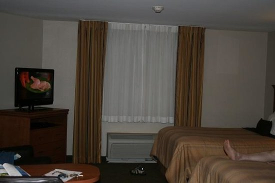 Candlewood Suites Milwaukee Airport-Oak Creek : comfortable beds, leg not included!