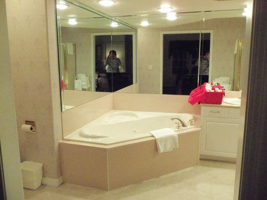 French Quarter Resort: master jacuzi tub