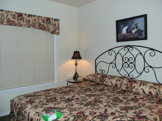 French Quarter Resort: king bed in 2nd bedroom