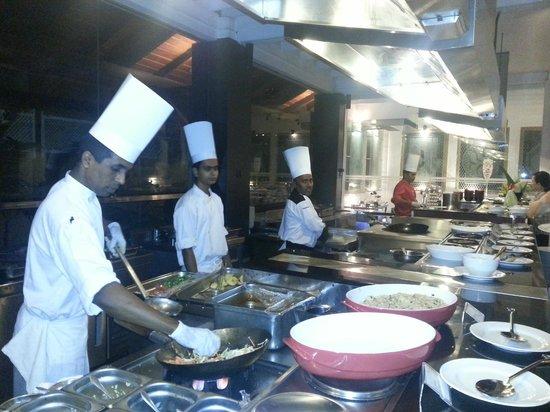 Cinnamon Lodge Habarana: Chefs at the buffet