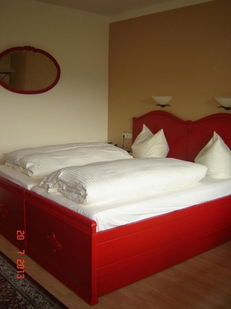 Hotel Forsthaus: Cute red bed