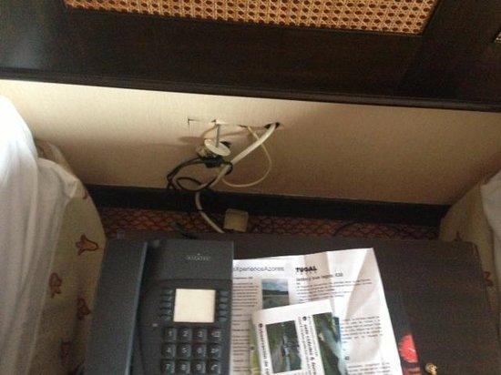Hotel Acores Atlantico: CABLES CON TENSION, PEGANDO A LA MOQUETA