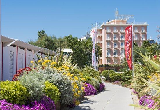 Hotel Milton Rimini, BW Premier Collection: Hotel Milton visto dalla spiaggia di fronte