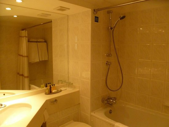 Glasgow Marriott Hotel: The bathroom