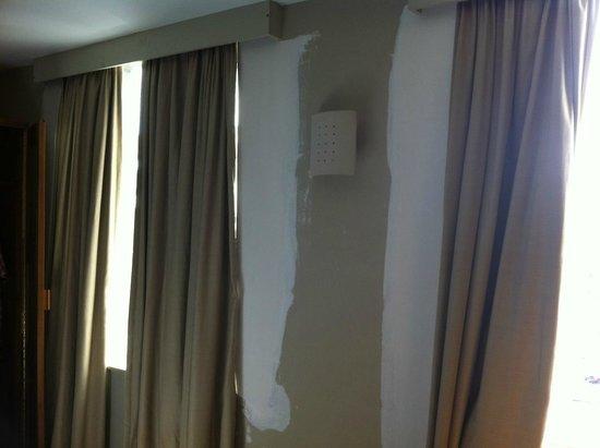 Hotel de Flandre: Unpainted walls at Flandre!!