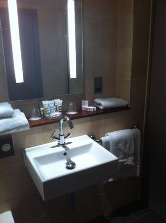 Mercure London Staines-upon-Thames Hotel: vanity in room 86