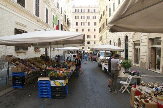 Residenza Praetoria: The market in front of the hotel