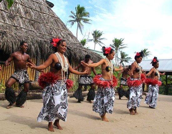 Robinson Crusoe Island Resort: Pacific Island dancing (not Fijian - but regional)