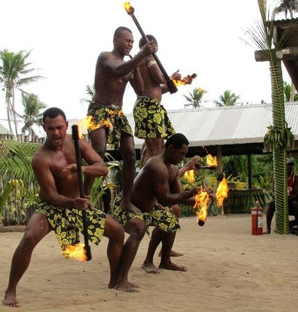 Robinson Crusoe Island Resort: Some fire spinning - love how they brought out the fire extinguisher for the performance