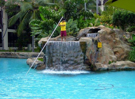 Sutera Harbour Resort (The Pacific Sutera & The Magellan Sutera): Pulizia piscina