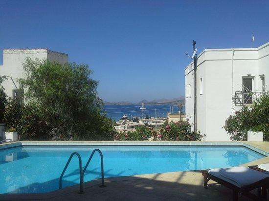 Beyaz Hotel: havuzdan denize bakmak