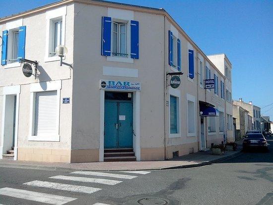 Hôtel La Côte Sauvage : Entrée de l'hôtel dans le quartier de la Chaume