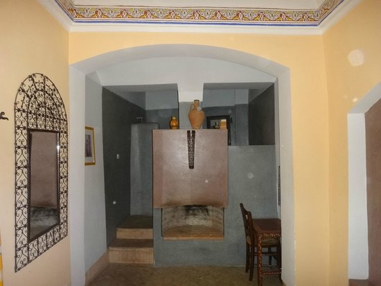 Dar Ihssane : View of the room, behind the fireplace is the bathroom