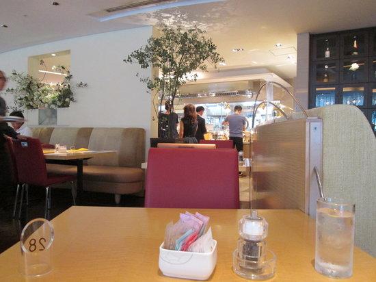 Coffee Shop Dining Cafe Camellia: カジュアルですが安っぽくはない店内です