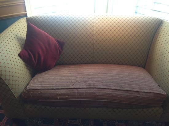Carnoustie Golf Course Hotel: ripped sofas