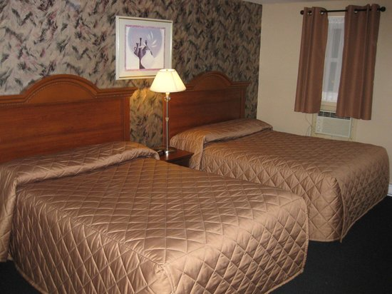 Majer's Motel: Room 14 with two double beds
