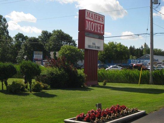 Majer's Motel : Majer's road sign