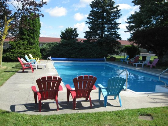 Majer's Motel: Majer's pool area with chairs