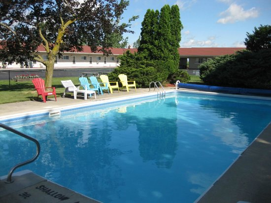Majer's Motel: Another view of the motel pool