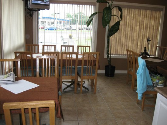 Majer's Motel: Breakfast room with tv, morning newspaper and small muffins