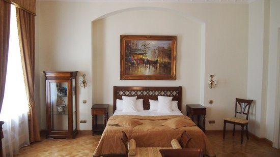 St. George Residence: Bedroom with inlaid parquet floor