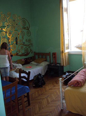 Ridolfi Guest House: Bright, spacious room with two beds