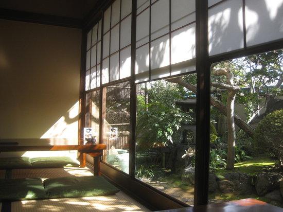 Atsuta Horaiken Honten : お庭の緑も綺麗です