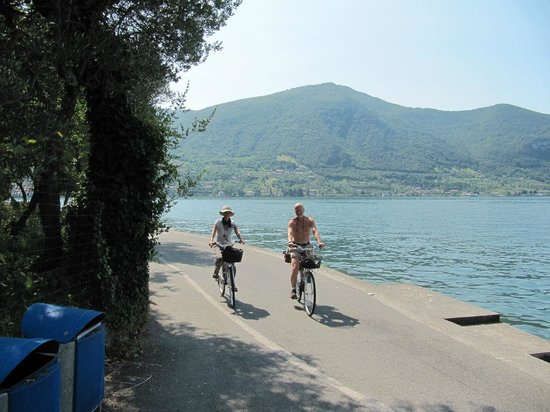 Ai Ronchi B&B: Cycling on Monte Isola between the mopeds