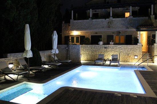 Aparthotel Bracka Perla : Pool and hotel at night