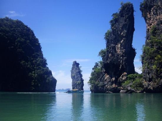 Koh Yao Noi Paradise sea kyak: Kudu Island towers dwarf a large boat