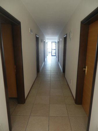 Carretto Vacanze: Corridoio con porte di ingresso alle camere