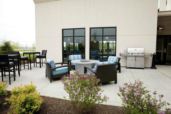 Hampton Inn Suites Wheeling - The Highlands: Outdoor Grilling Area