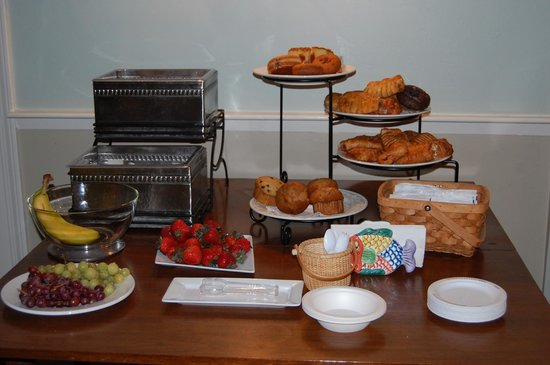 The Inn at Scituate Harbor: The morning breakfast buffet