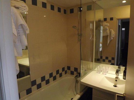 Adagio Paris Buttes Chaumont : Bathroom