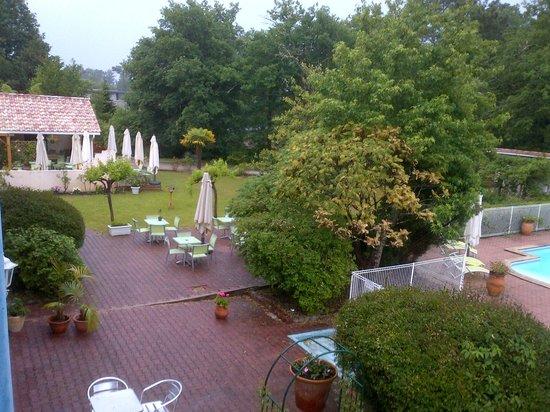 Hotel Restaurant Le Pont Bernet: jardin et terrasse