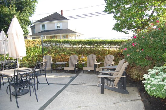 The Inn at Scituate Harbor: Patio seating at the Dogwatch