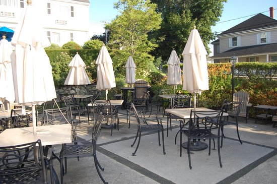 The Inn at Scituate Harbor: Tables on the patio at the Dogwatch