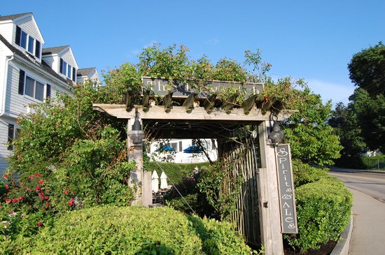 The Inn at Scituate Harbor: Entry to the patio from the street