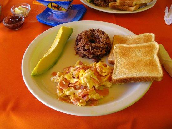 Hotel La Pyramide: Café da manhã farto