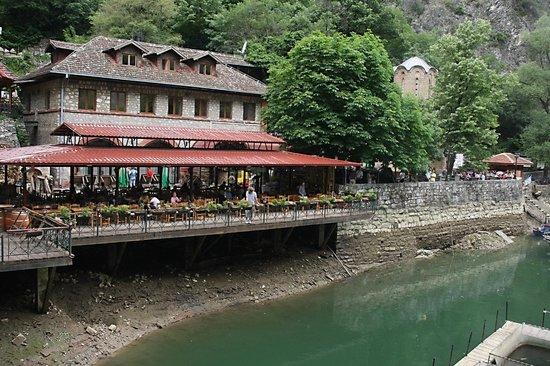 Dolna Matka, Republika Macedonii: Voorzijde hotel met groot terras aan het water,