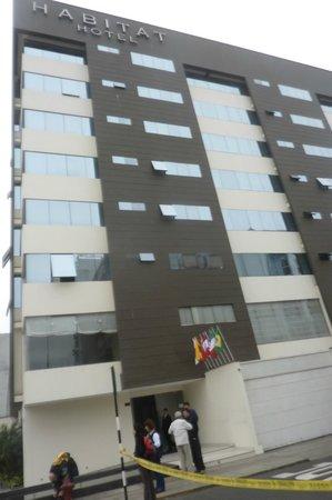 Habitat Hotel: Frente del hotel por la Calle Piura esquina Avenida Arequipa.